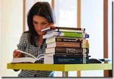 Una donna legge un libro