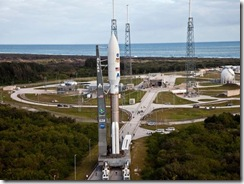 NASA foguete na torre de lancamento