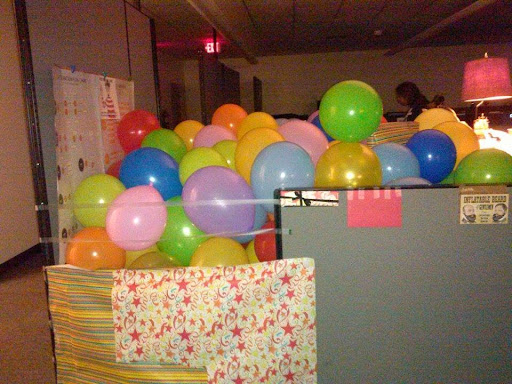 Office pranks aren't only limited to offices with four walls and a roof … anyone on vacation is fair game! #officeprank #balloons #vacation