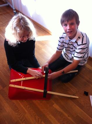 Emma o Tim bygger skottkärra