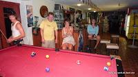Eine Runde Pool im Pub