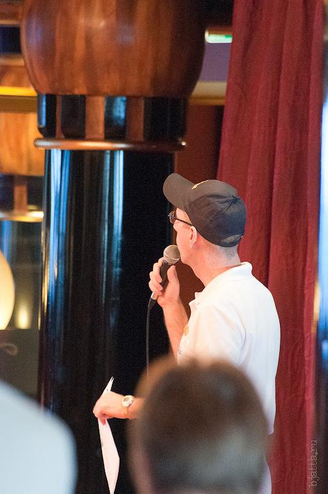 12. Аниматору удалось привлечь хот кого-то в зал танцев. Октоберфест в феврале на Costa Concordia..jpg