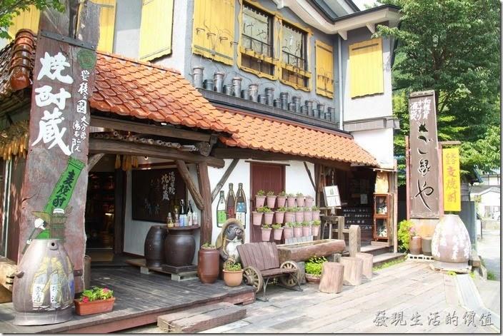 日本北九州-由布院街道。這間店的前面有一隻信樂狸貓還有椅子,可以讓遊客拍照留念。