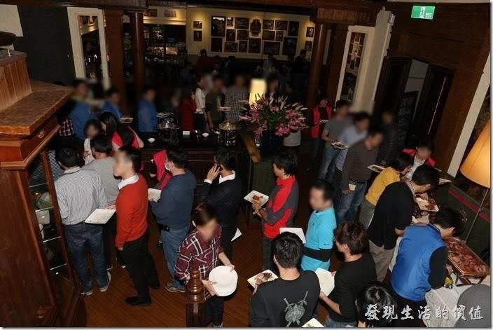 台北-佩斯坦咖啡館。哇!大家擔心吃不到食物,所以一堆人排隊等著拿食物,這就是台灣可愛的地方,在大陸應該是擠成一團吧!