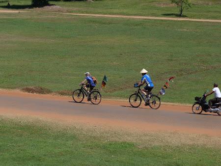 Obiective turistice Cambogia: biciclisti Angkor