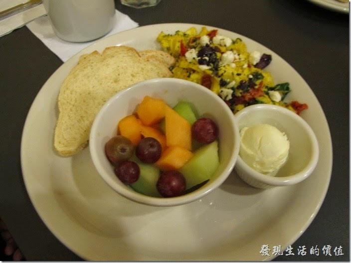 Louisville(路易斯維爾)Toast-on-market早午餐。這是同事點的Special breakfast,把hashbrown casserole換成了水果(fruit),炒蛋上面居然還有起司,在美國每樣菜都可以淋上起司。