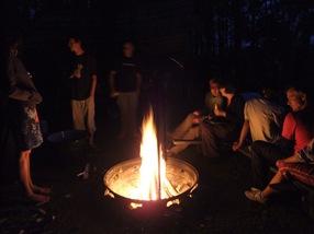 fuego de campamento en la isla