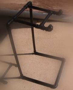 suporte para notebook feito de cano PVC