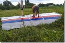 Ragazzi ucraini sopra i resti dell'aereo malese
