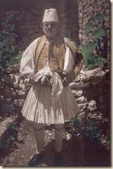 Një burrë me veshje tradicionale të Gjirokastrës. ( foto, Luigi Pellerano)