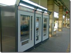 Macchine distributrici sul marciapiede di stazione