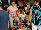Shanghai - Au marché, la marchande de poisson