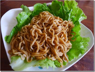 instant noodle served on lettuce