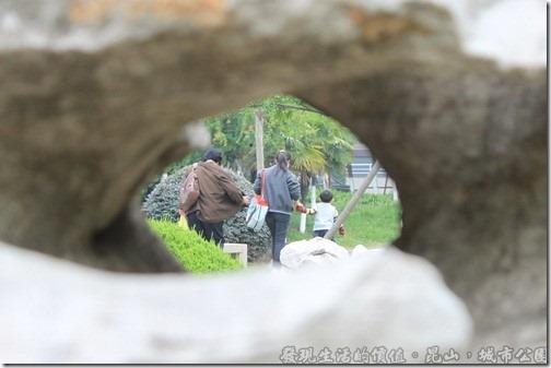 昆山城市公園,透過太湖石的縫隙與小洞看出去的風景另有一番感受,以前大宅院後花園的小姐們大概也只能透過這種遊戲來變化自己的視覺與感官。