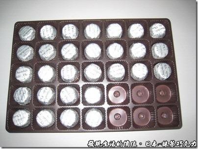 日本-抹茶巧克力,拆開後還有托盤裝著每一顆巧克力,但一包的數量就只有35顆。