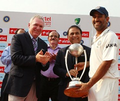 MS Dhoni lifts Border-Gavaskar trophy-2013