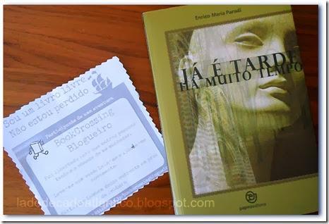 """Imagem da capa do romance """"Já É Tarde Há Muito Tempo"""" de Enrico-Maria Parodi e bilhete do BookCrossing Blogueiro"""