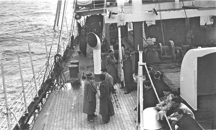 Otro detalle de emigrantes en la cubierta del CABO DE HORNOS.jpg