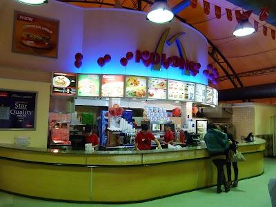 Obiective turistice Tirana: Kolonat, Mc Donald's de Albania