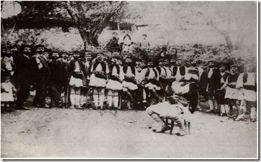 Δεκαετία 1880 , ο  Γυφτογώργης με  την  καραμούζα  του στο  κέντρο  και  γύρω  οι  Λιδορικιώτες  έχουν  στησει  το  χορό σε  κάποιο  πανηγύρι του  χωριού μας , κλασσική  εικόνα από  γιορτή  της  εποχής