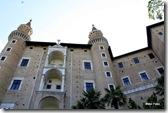 O Palazzo Ducale é uma construção renascentista que domina Urbino. Este belo edifício possui uma grande biblioteca, jardins suspensos e diversas pinturas.