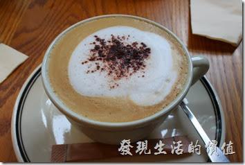 台北-PAUL早午餐。卡布其諾咖啡,NT$150。早午套餐要再補NT$20元的差價。卡布喝起來稍帶點苦味,但再喝幾口也就習慣了。不過這價錢真的是喝氣氛的。