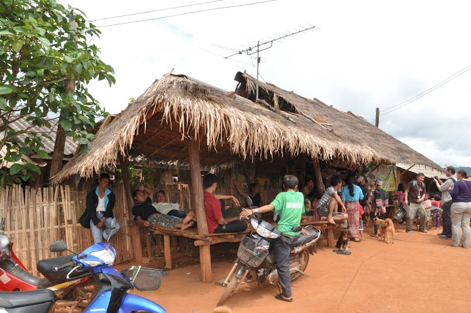 Imagini Thailanda: Barbatii la taifasul de duminica, tribul Akha, Thailanda