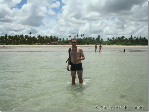 Praia de São Miguel dos Milagres Alagoas Águas rasas e mochila nas costas