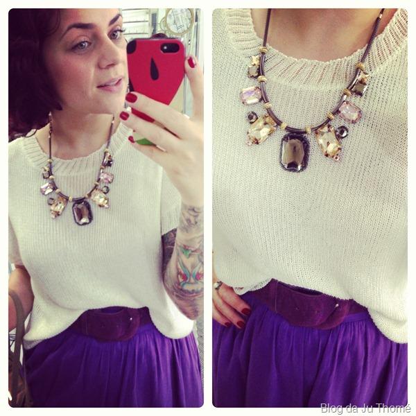 Look tricot branco, saia longa roxa e maxi colar (2)