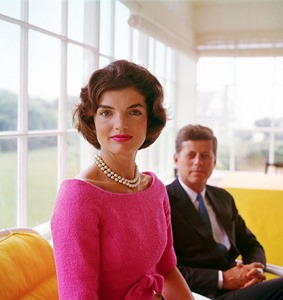 Jackie-Kennedy-with-John-Kennedy,-Hyannis-Port,-by-Mark-Shaw-1959 (1)