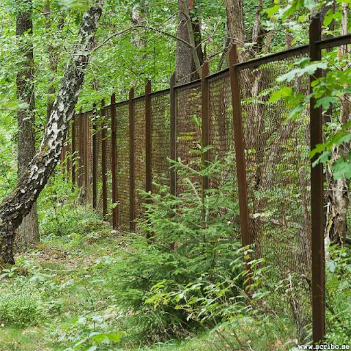 Rostigt staket uppe på Ultunaåsen.
