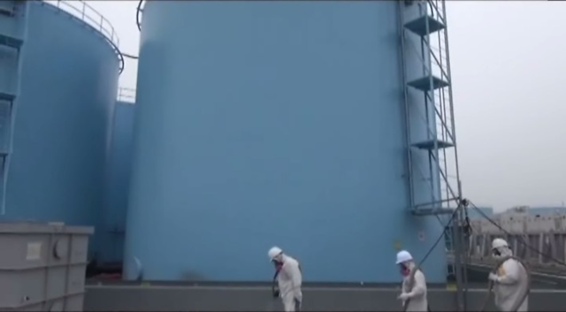 Workers inspect tanks containing radioactive water from the Fukushima Daiichi nuclear plant, 24 July 2014. Photo: TEPCO