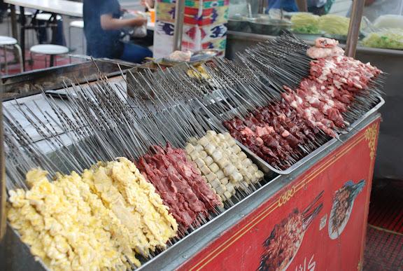 Urumqi - Marché de rue, brochettes de viande