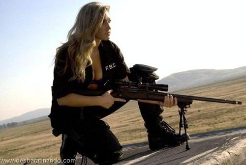 gatas armadas mulheres lindas com armas sexys sensuais desbaratinando (35)