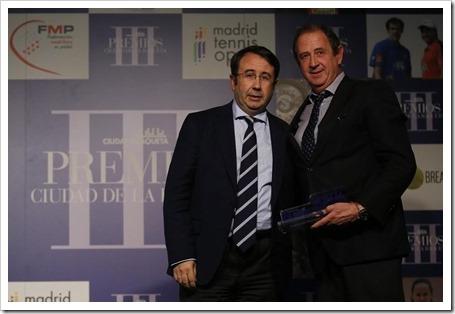 José Luis Amoroto recibiendo el premio en La Ciudad de la Raqueta