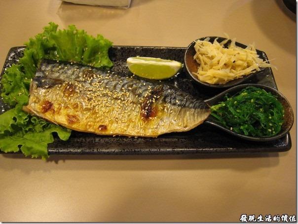 南港-船屋-平價生魚片蓋飯。烤鯖魚販,油脂飽滿,雖然比起「定食8」的稍微小了一點,但是給我剛剛好,「定食8」的鯖魚我還真的吃不完那麼一大片。