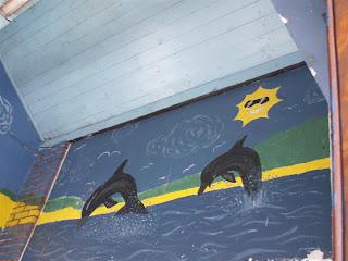 delfinki na ścianie tegoż wc lub poczekalni
