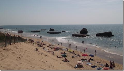 Bañistas en la playa de los búnkers de Capbretón