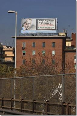 """Cartellone apparso a Roma, su un palazzo vicino alla Tangenziale, dopo la stazione Tiburtina, """"Solo il Papa può salvare l'Italia, con una preghiera speciale di 5 minuti""""."""