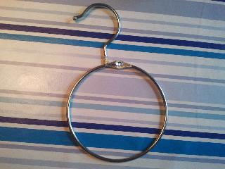 Enorm praktische universele ring met haakje voor tassen en riemen
