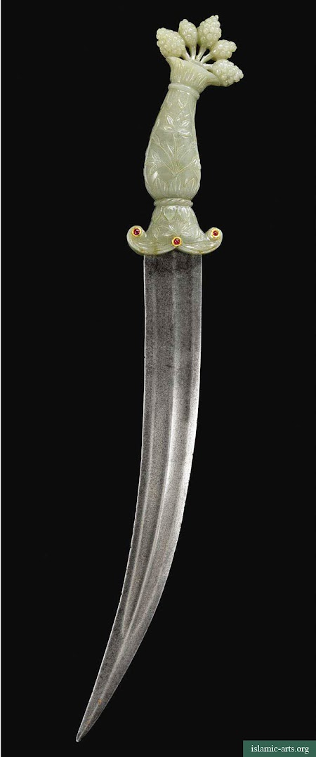 A JADE-HILTED DAGGER WITH A MULBERRY POMMEL, INDIA, 18TH-19TH CENTURY