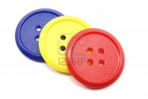 5785512-grandes-botones-plastico-amarillo-rojo-y-azul-fotografiado-sobre-un-fondo-blanco