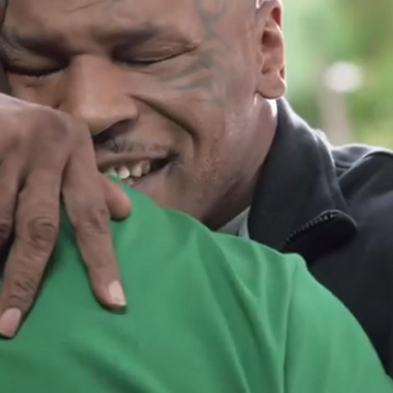 Mike Tyson le regresa su oreja a Holyfield