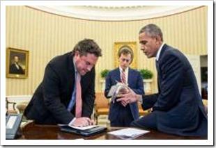 © El País El presidente Obama ultima los detalles de su discurso junto a sus asesores.