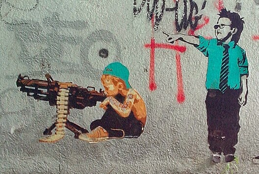 kind maschinengewehr street art