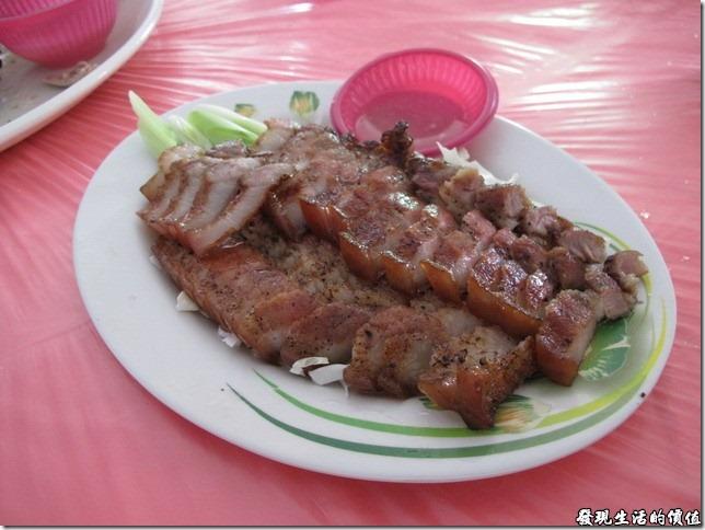 南投-鄉村甕缸雞。《現烤鹹豬肉》,NTD200,個人推薦這一道菜,原本以為山豬肉會很硬,沒想到很嫩很好吃,沒有肥豬肉的過多油脂,這山豬肉之所以好,就是它的三層肉不帶過多的油脂,恰恰好得肥瘦比例,讓人食指大動,吃了還想再吃。