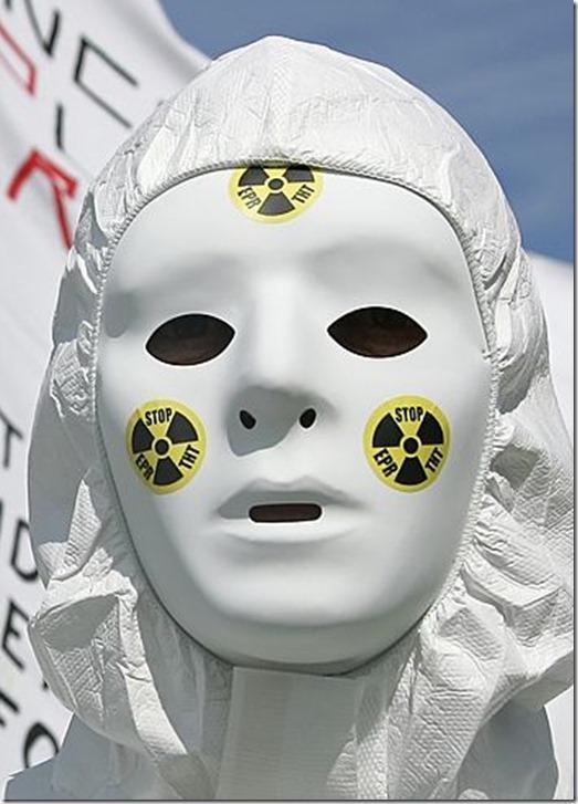 Militants antinuclŽaires manifestant ˆ l'occasion de la JournŽe internationale de mobilisation contre le nuclŽaire marquant le 22e anniversaire de la catastrophe de Tchernobyl. Un des rassemblements les plus importants ont eu lieu ˆ Flamanville (Manche) o prs de 150 personnes, selon les gendarmes, ont manifestŽ contre la centrale nuclŽaire et le futur rŽacteur nouvelle gŽnŽration EPR.