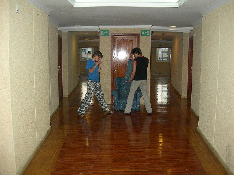 Hotel Terramarina (ex. Carabela Roc). La Pineda. Costa Dorada. Spain.  Уютный и просторный холл-корридор, из-за особенности планировки сходятся два коридора и нету обычной отельной тесноты.
