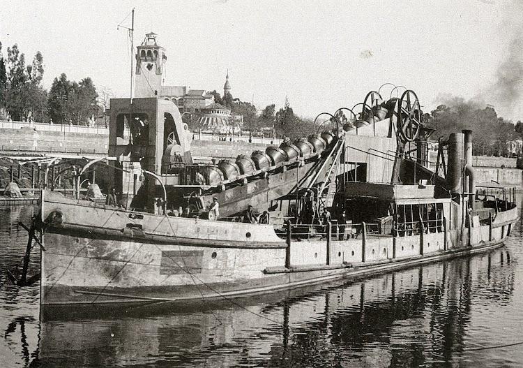 La draga BROA en el puerto de Sevilla. Ca. 1940s. Del libro Historia Grafica del Puerto de Sevilla.jpg