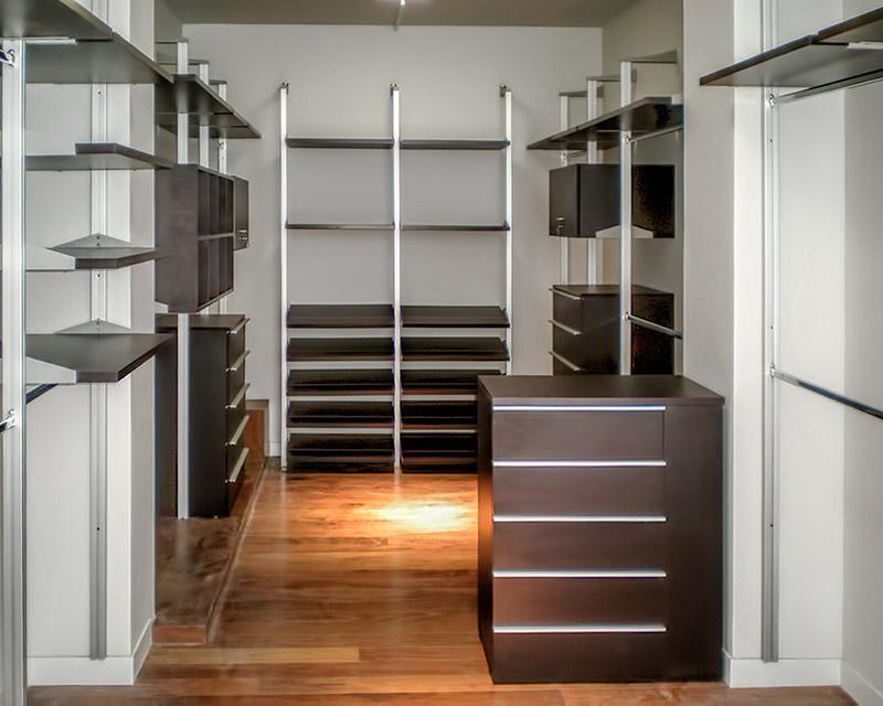 Closet de lujo en madera color chocolare for Disenos de zapateras para closet